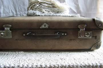 oldsuitcase - Go retro, and rummage through suitcases. [ATTDT]