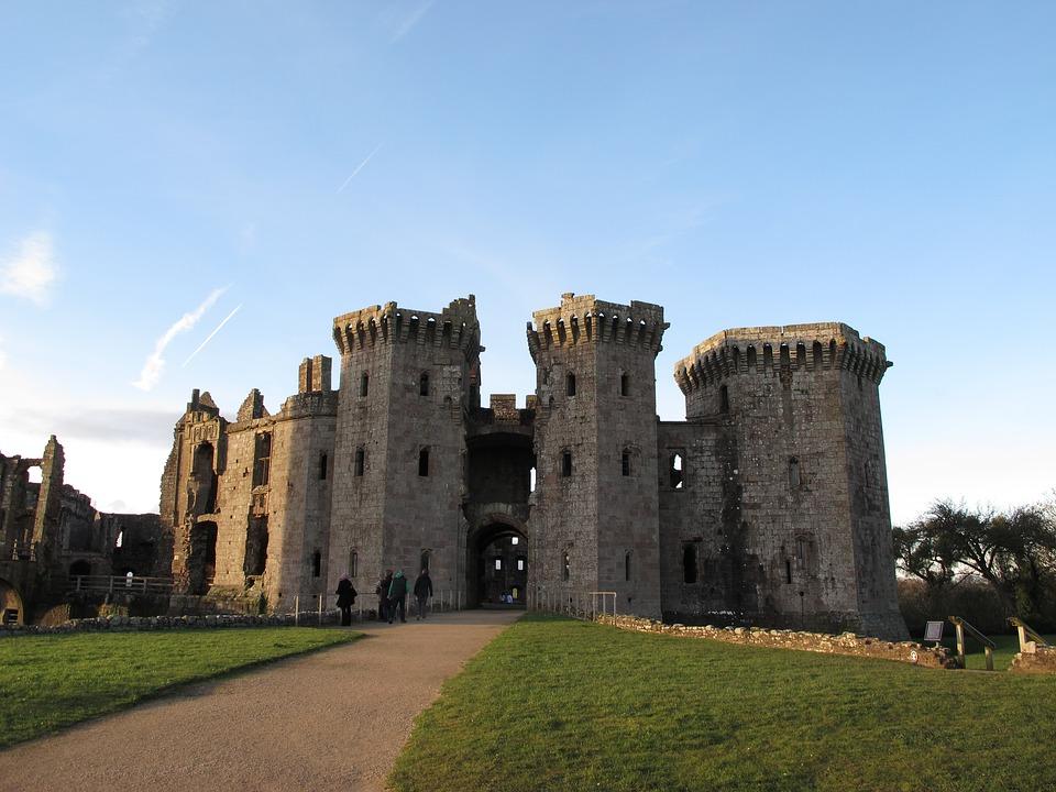 raglancastle - Invade Raglan Castle. [ATTDT]